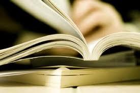una mano sfoglia un libro