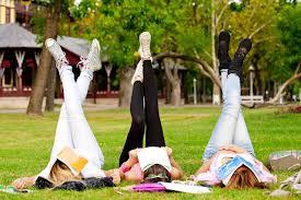 3 studenti studiano al parco
