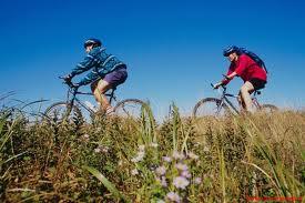 due giovani in bicicletta