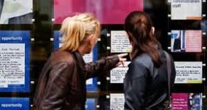 due ragazze leggono annunci di lavoro