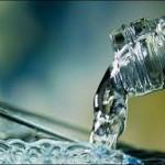 acqua versata in un bicchiere