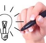 una mano disegna una lampadina