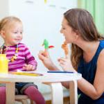 una babysitter gioca con una bambina