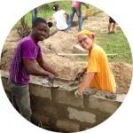due ragazzi costruiscono un muro